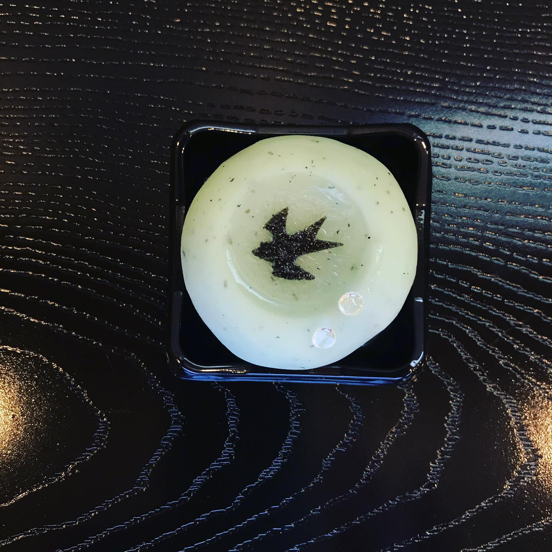 雨上がり 1羽の燕が雨上がりの水溜りに映る様子をお菓子で表現いたしました。ぜひご賞味ください。 価格:200円(税込) お日持ち:2日(常温) アレルギー情報:大豆成分含む