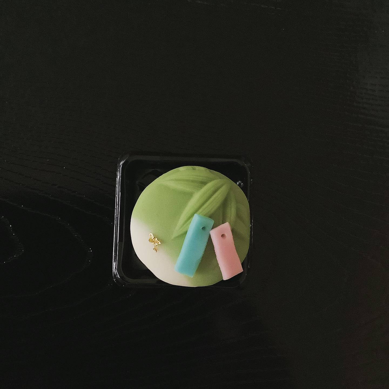 願い笹 七夕に因んだお菓子をご用意いたしました。中餡はこし餡です。 ※1日30個限定。 価格:200円(税込) お日持ち:2日(常温) アレルギー情報:大豆成分含む